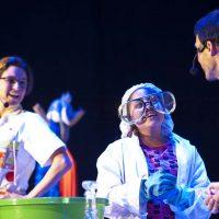 Los Clownfics presentan su espectáculo de ciencia en FIl niños, donde los niños felices hacen experimentos de laboratorio. 29ª Feria Internacional del Libro en  Guadajalara. Guadalajara, Jalisco a 5 de Diciembre del 2015. ©FIL/ Paola Villanueva Bidault.